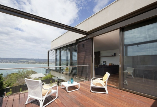 große-terrasse-moderne-gestaltung-aus-holz- schöne stühle in weiß