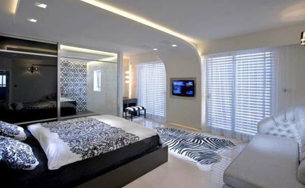 großes-schlafzimmer-mit-einem-bett-weiß-und-schwarz-schöne-deckenleuchten