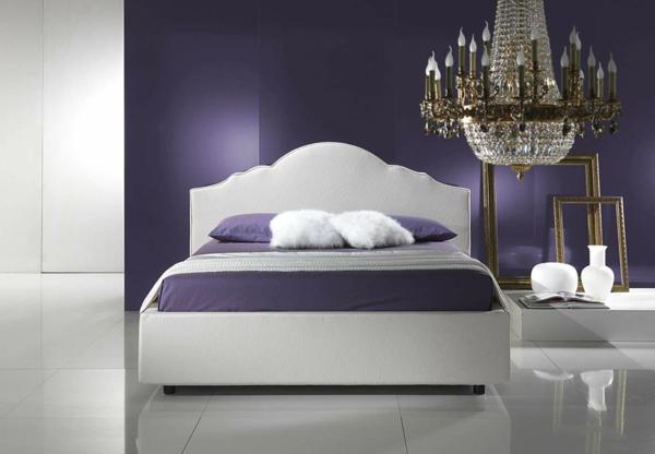 großzügiges-bett-mit-einem-kopfbrett-im-lila-schlafzimmer-super kronleuchter