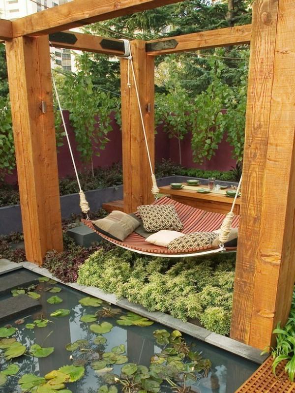 hängendes-outdoor-bett-dekokissen