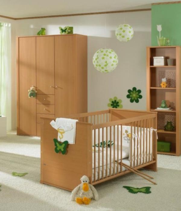 hölzerne-gestaltung-babyzimmer-grüne dekoartikel