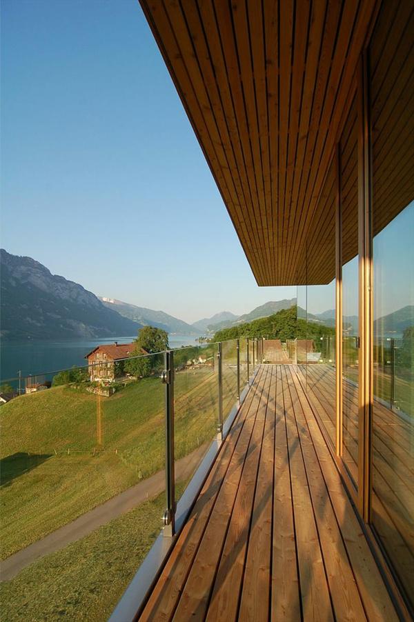 hölzerner-balkon-wunderschöner-blick-aufs gebirge-blauer himmel