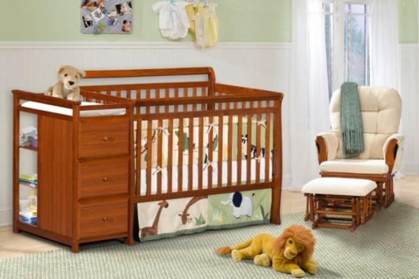 hölzernes-bettchen-im-schönen-babyzimmer-ein paar plüschtiere