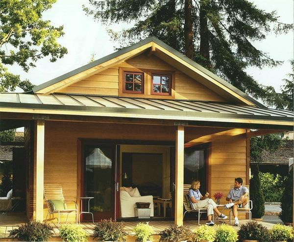 hölzernes-haus-veranda-selber-bauen- mann und frau sprechen zueinander-veranda selber bauen