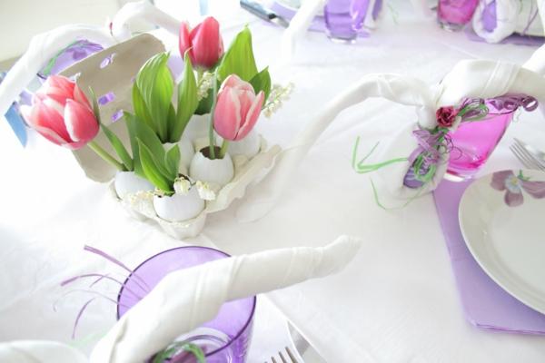 helle-und-schöne-tischdeko-mit-blumen-elegant-gestaltet