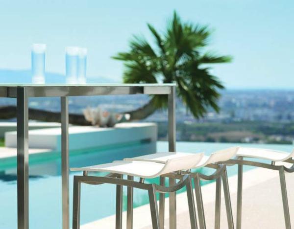 hochtisch-mit-stühlen-eine-palme-daneben-schönes foto machen