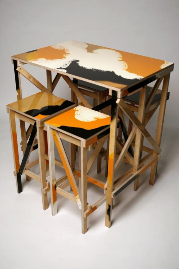 hochtisch-mit-stühlen-orange-und-schwarz-hintergrund
