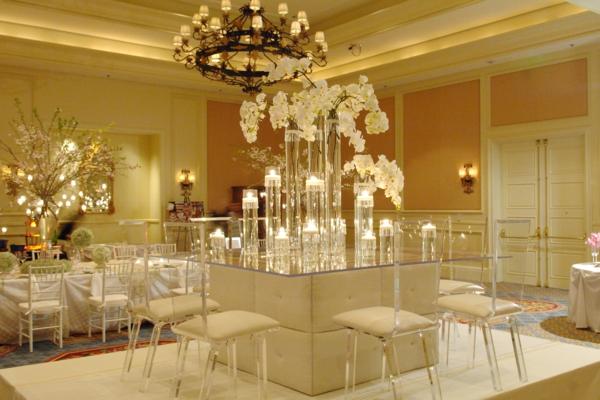 Hochzeits tischdeko super elegant weiße stühle und blumen unter einem großen kronleuchter