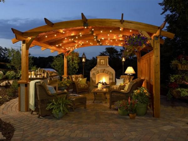 holzterrasse-selber-bauen-romantische-atmosphäre-schaffen- wunderschöne deckenleuchten-veranda selber bauen