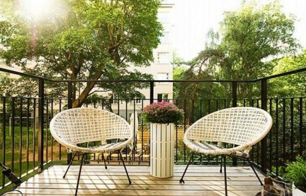 holzterrassen-modern-und-schön-wirken- zwei süße stühle