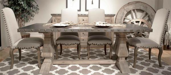 holztisch-im-eleganten-esszimmer- taupe farbe und interessante möbel