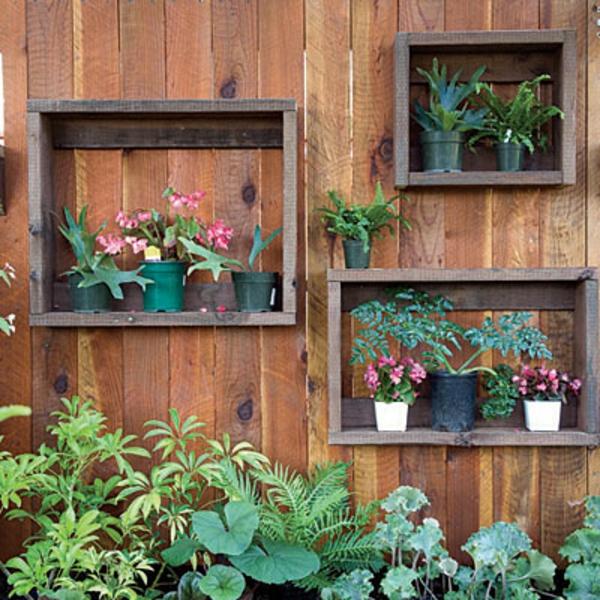 holztrennwände-garten-regale- viele pflanzen