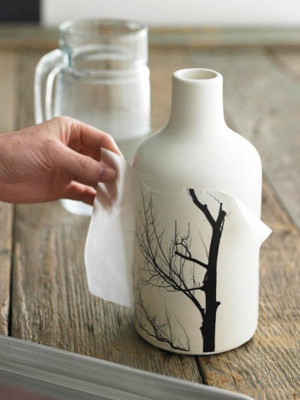 geschenk zum muttertag selber basteln - weiße flasche und ein baum figur darauf kleben