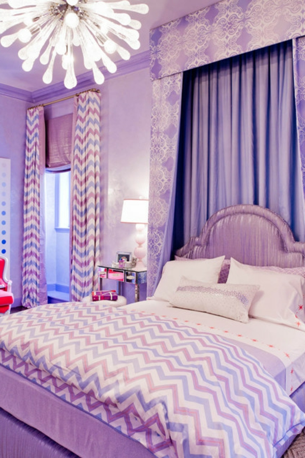 interessanter-kronleuchter-bett-mit-kissen-im-lila-schlafzimmer-moderner lüster
