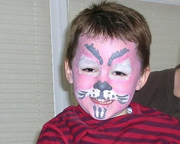 junge-wie-einen-hasen-machen- rosa farbe fürs gesicht