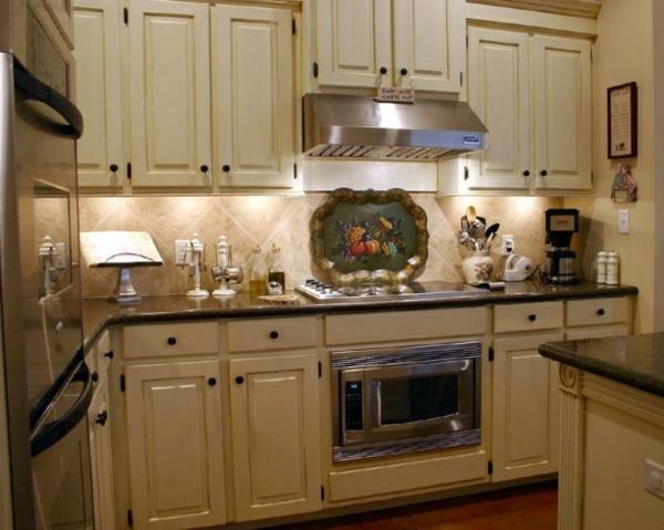 küche-rustikal-französische-gestaltung- schränke in weiß