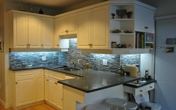 küchenarbeitsplatte-aus-quartz-schränke in weiß und barhocker
