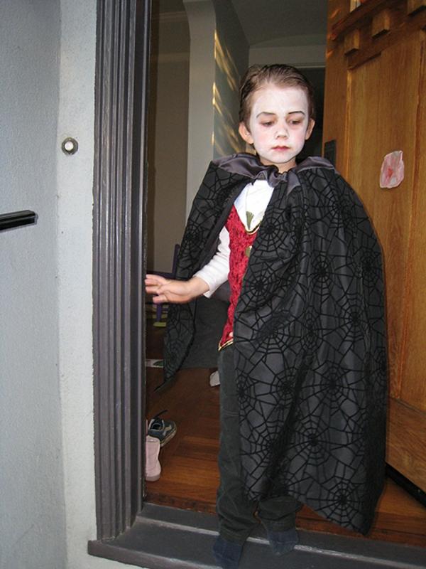kind-vampir-schminken-und-ankleiden-kleiner junge geht aus dem haus