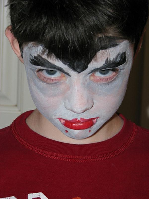 kind-vampirgesicht-schminken-lippen in rot
