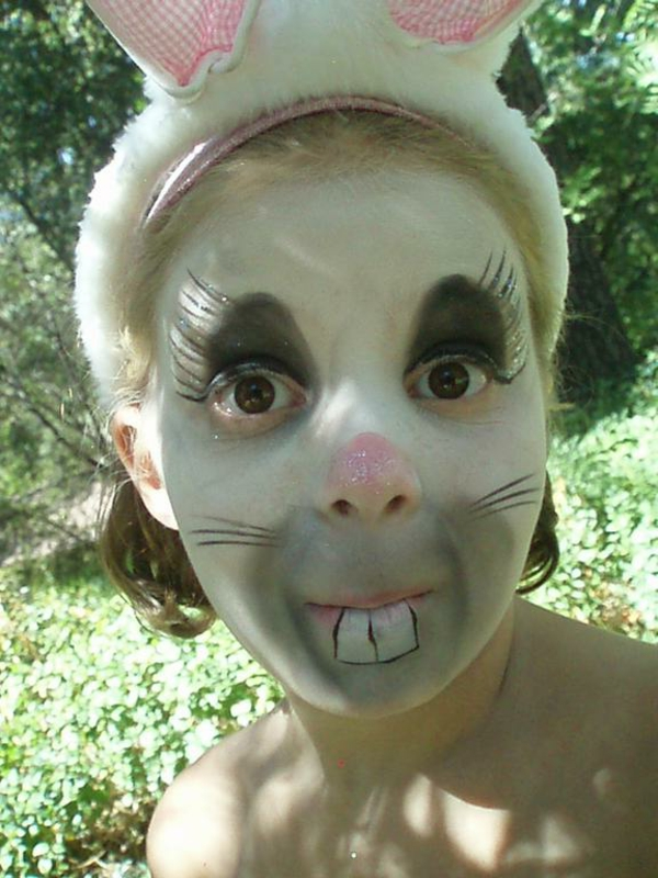 kinder-schminken-wie-hasen-super-süß-grüne pflanzen dahinter