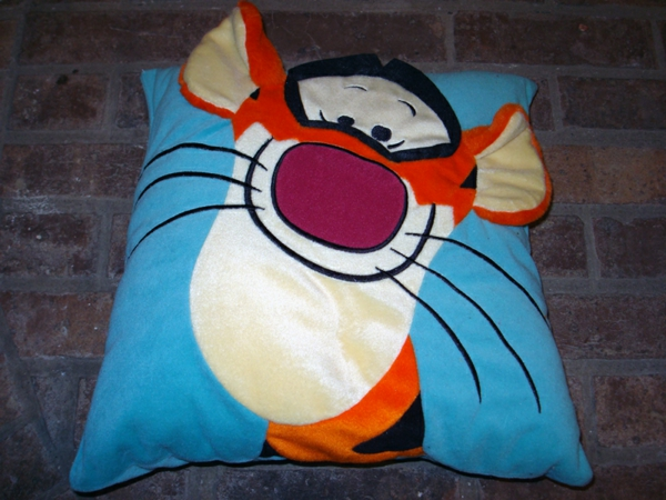 kissen-mit-tiger-aus-winnie-pooh-hintergrund in blau