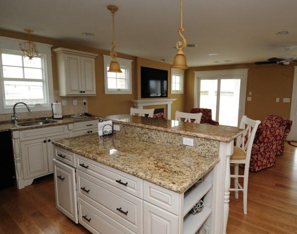 klassische-gestaltung-arbeitsplatte-aus-naturstein-für-die-küche-schubladen in weiß