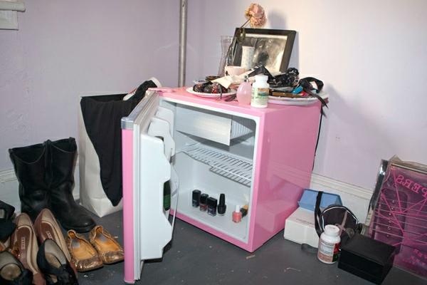 klein-rosa-kühlschrank-neben den schuhen im flur