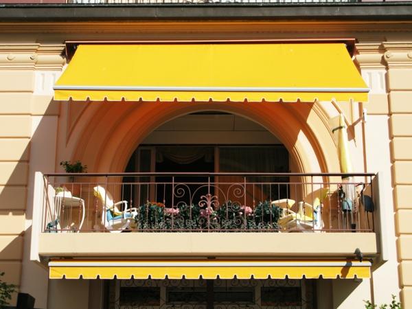 kleine-schöne-terrasse-mit-einem-sonnensegel-wunderschön wirkend