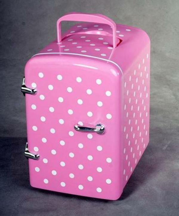 kleiner-kühlschrank-rosige-farbe-viele-weiße-punkte-grauer hintergrund