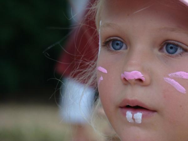 kleines-mädchen-hasengesicht-scminken-sehr-einfach- wunderbare blaue augen