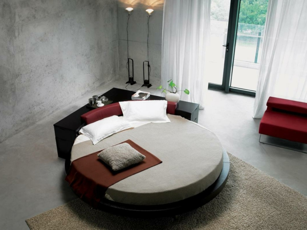 kleines-schlafzimmer-mit-einem-schönen-rundbett-graue wand und weiße gardinen