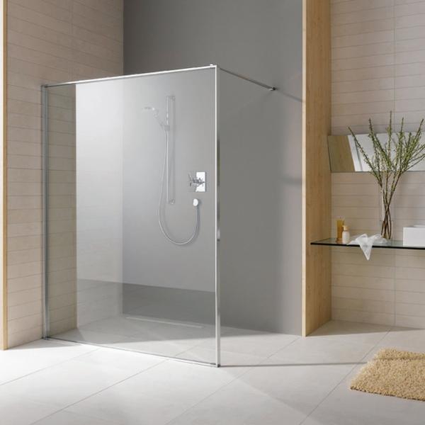 komplettdusche-modern-großes-badezimmer- teppich und baumzweige als dekoration