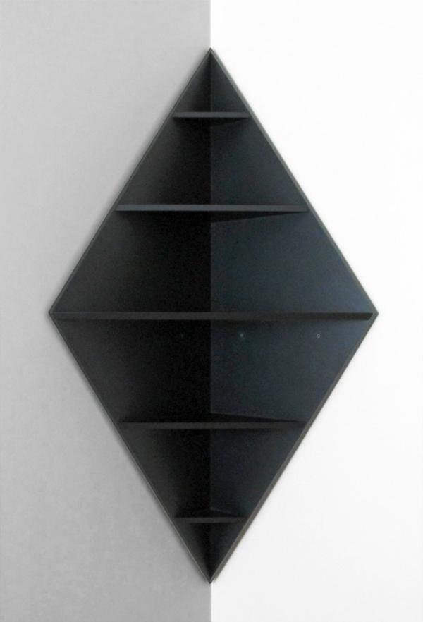 kreativ-gestaltetes-modell-vom-eckregal-wie eine schwarze raute