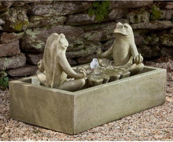 kreatives-modell-brunnen-aus-stein-zwei frösche skulpturen