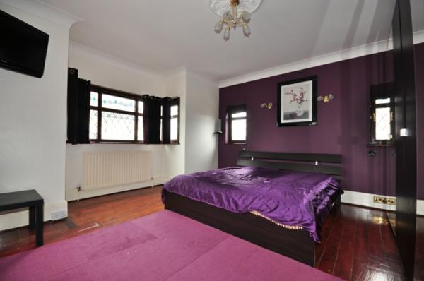 lila-schlafzimmer-schönes-bett-kleines-zimmer-teppich-rosige farbe