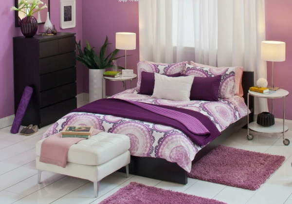 lila-schlafzimmer--weiße-gardinen-weißer hocker
