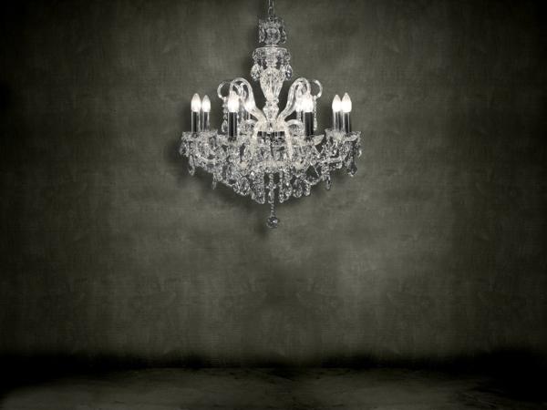 luxuriöser-lüster-aus-kristall-wandgestaltung in grau