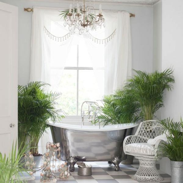 luxuriöses-badezimmer-retro-badewanne-weiße durchsichtige gardinen