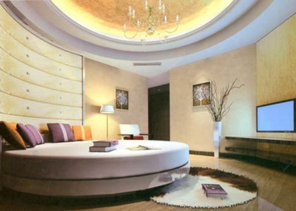 luxuriöses-schlafzimmer-moderne-beleuchtung-viele dekokissen