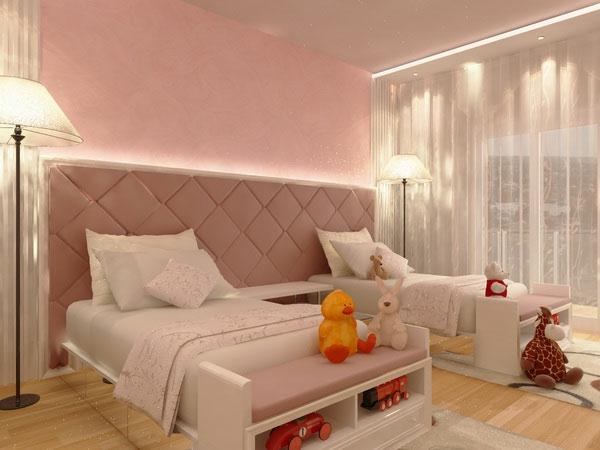 mädchenzimmer-in-hellen-farben- weiße kissen