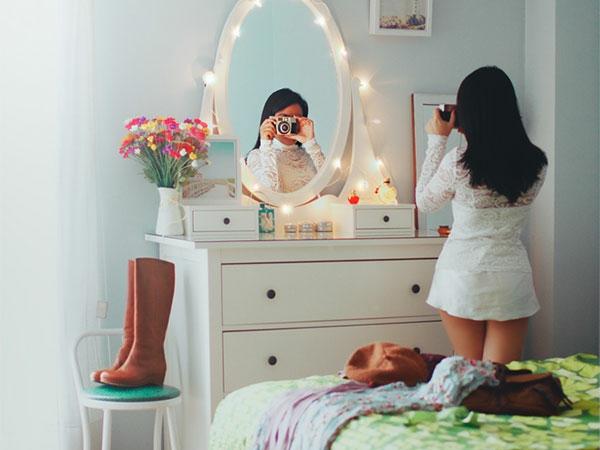 mädchenzimmer-wunderschön-einrichten- spiegel mit leuchtern