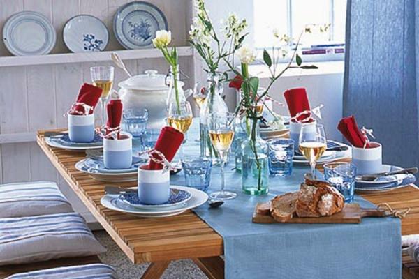 maritime-dekoration-blaue-nuancen-blumen am tisch