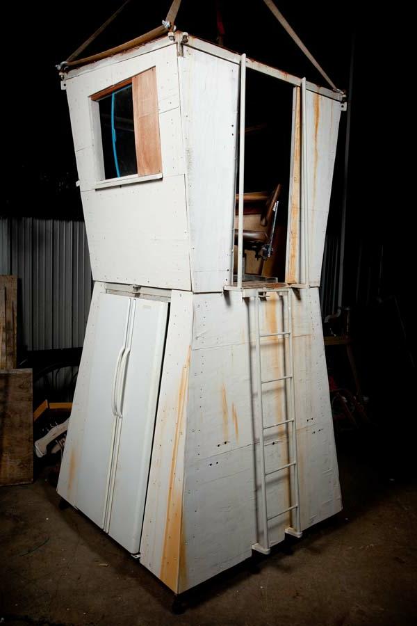 minihaus-bauen-aus-abfällen-kleine treppe
