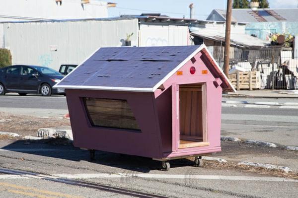 minihaus-bauen-die-abfälle-benutzen-rosig wirken