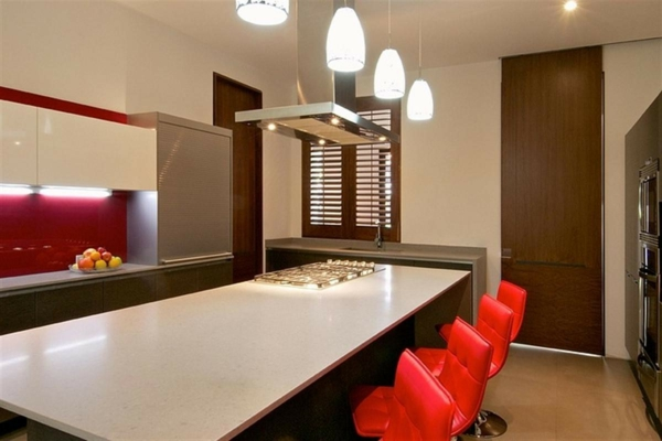 minimalistische-küche-viele-rote-barhocker-vier lampen hängen über dem kochinsel