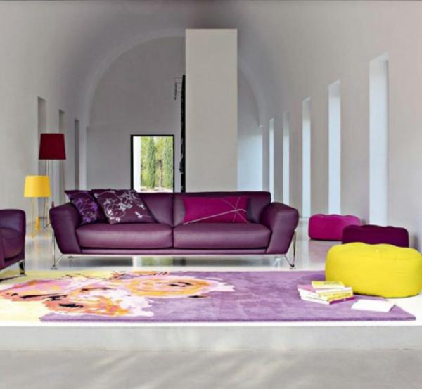 moderne-dekoideen-für-wohnzimmer-super teppich und gelber hocker