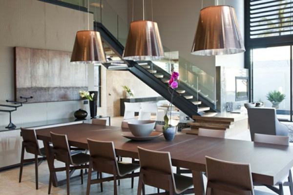 moderne-esszimmergestaltung-drei-hängende-lampen - tisch mit vielen stühlen