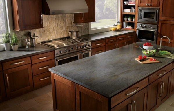 moderne-küche-arbeitsplatte-aus-naturstein-für-die-küche-schubladen aus holz