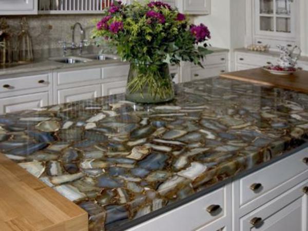 moderne-küche-gestalten-arbeitsplatte-aus-naturstein-für-die-küche-viele schöne blumen