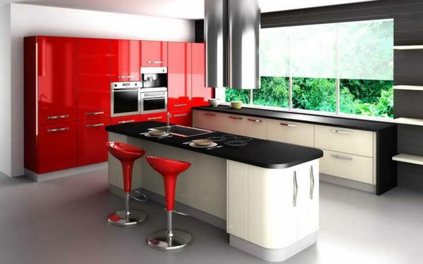 moderne-küche-mit-zwei-roten-barstühlen- elegante rote schränke